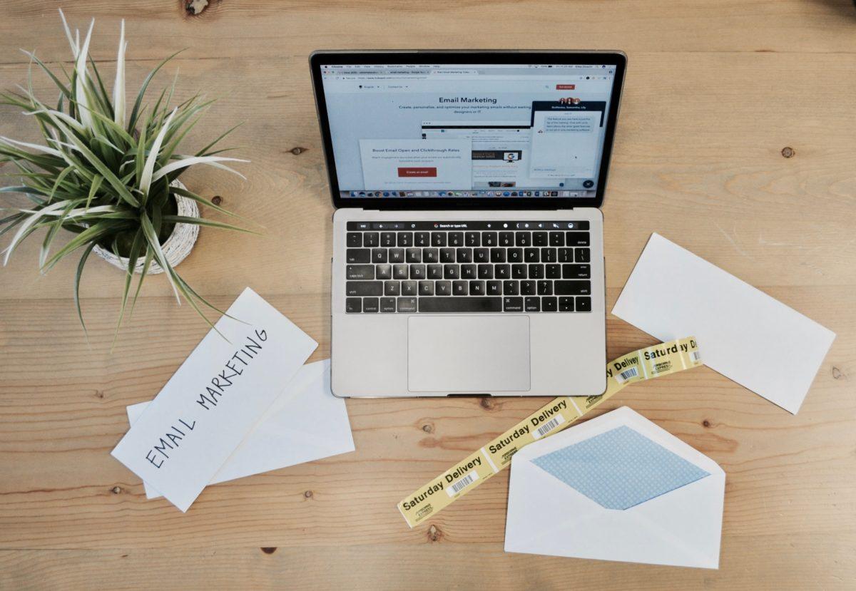 Collecter les mails sur votre site internet - Une boîte sur une table - Publicité par e-mail