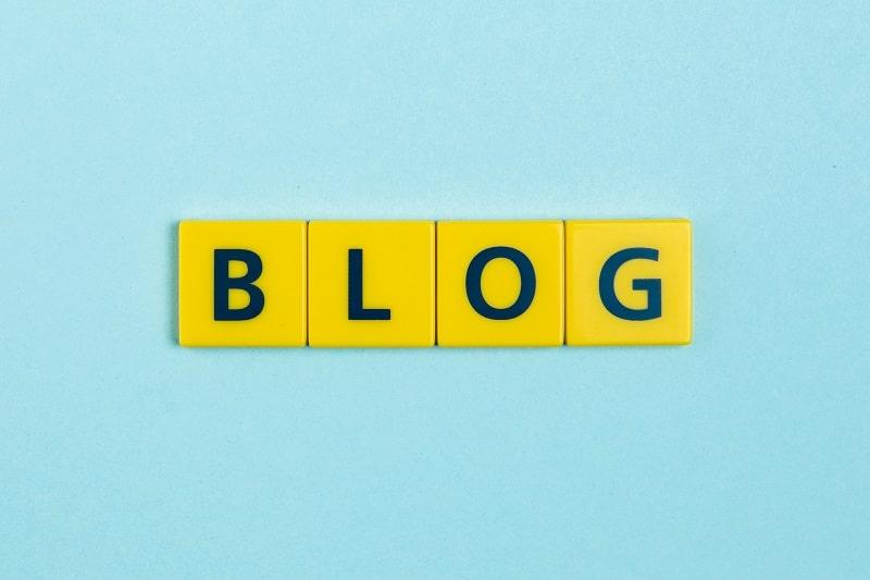 Comment créer un site internet professionnel - comment créer son blog - Un panneau jaune - Scrabble